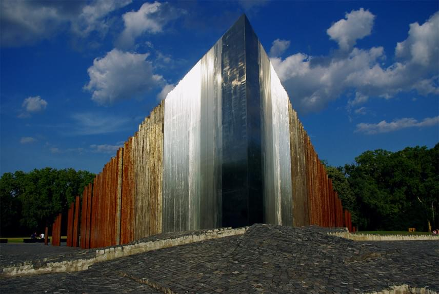 Ötvenhatosok tereAz egykori Felvonulási tér a Dózsa György út mentén, a Városliget szélén található, annak idején itt tartották a legnagyobb kommunista állampárti tömegrendezvényeket, és itt állt az 1956-os forradalom idején ledöntött Sztálin-szobor. A forradalom összefogásának állítottak emléket a képen látható szoborral.
