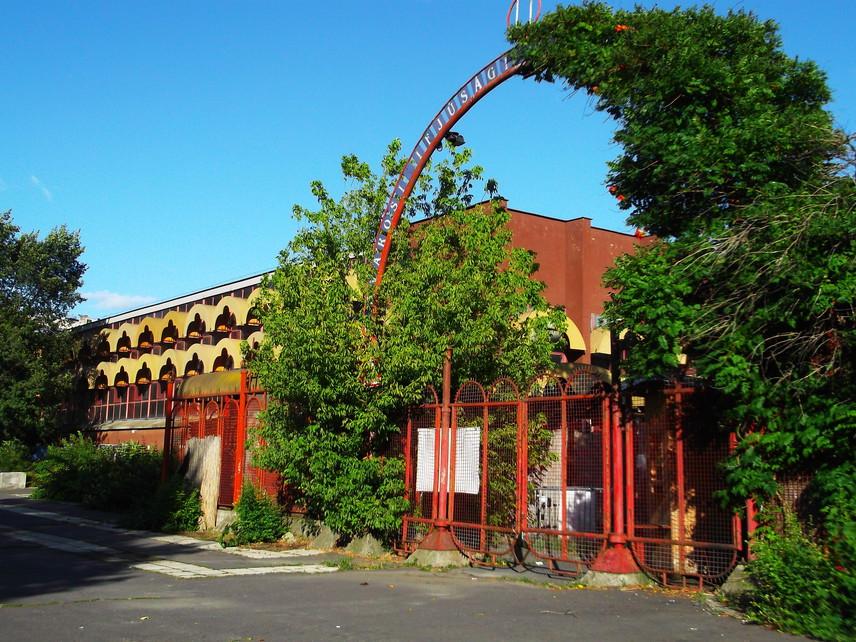 Petőfi CsarnokA 30 éven keresztül, egészen 2015-ig működő Petőfi Csarnok mára a Hungexpo-telek épületeihez hasonlóan roskadozni kezdett, felújítása már régóta szükséges volt. A leépülni hagyott épületek mindig szomorú látványt nyújtanak a városban, főleg, ha épp az ifjúság központjaként funkcionálnának, egy parkot pedig tényleg elcsúfítanak.