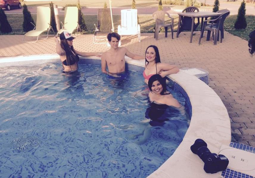 Lili és a klip többi szereplője fürdőruhában lazult a medencében - egyelőre nem tudjuk, hogy a jelenet benne lesz-e a klipben, vagy csak a szünetben csobbantak egyet.