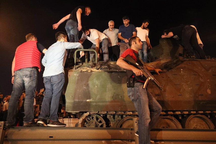 Civilek foglalnak el egy tankot.