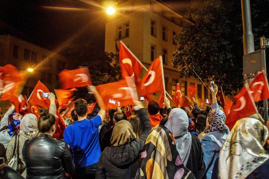 Nemcsak Törökországban mentek utcára az emberek. Németországban, Stuttgartban is kimentek zászlót lengetni az elnök mellett.
