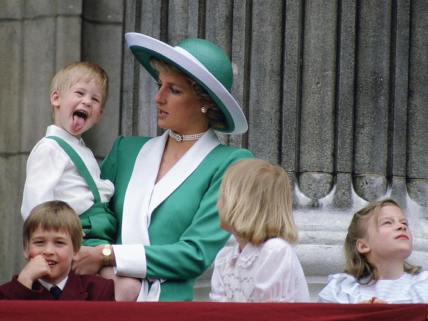 A királyi palota erkélyén sem hagyott fel a huncutkodással, hiába próbálta édesanyja rávenni a jó modorra - ő integetés helyett inkább a nyelvét mutatta meg a palota előtt várakozó tömegnek.