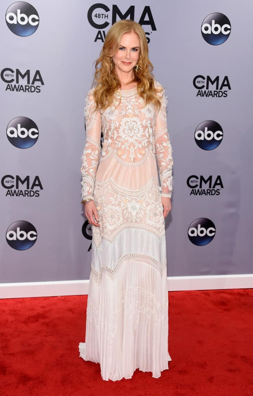 Egy óvatlan pillanatban még a mellbimbója is kivillant a színésznőnek ebből azt áttetsző darabból, amit 2014-ben, a CMA zenei díjátadón viselt.