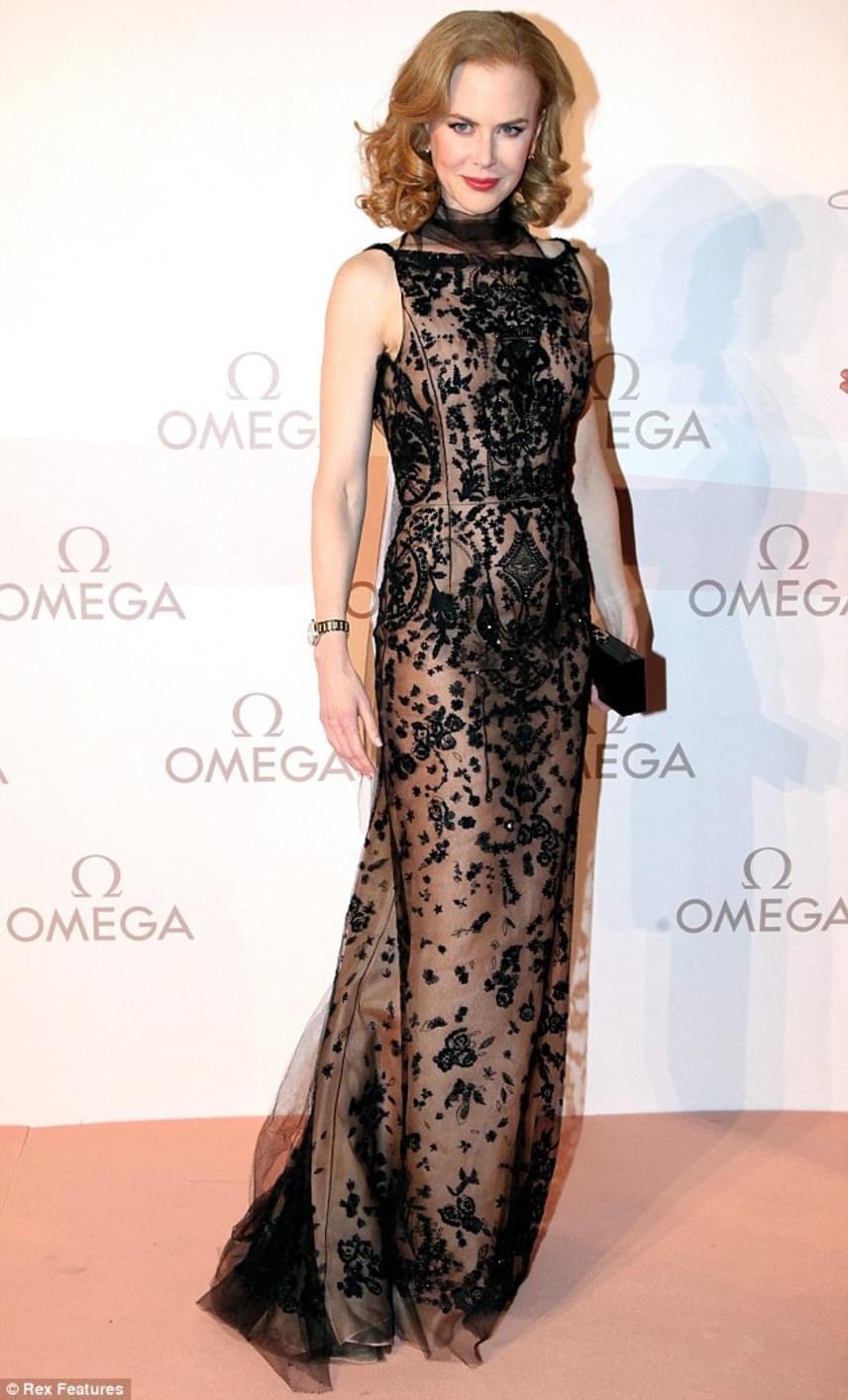 Nicole Kidman 2013-ban, Ausztriában, az Omega-gálán viselte ezt a fekete csipkecsodát, ami tényleg alig takart belőle valamit.