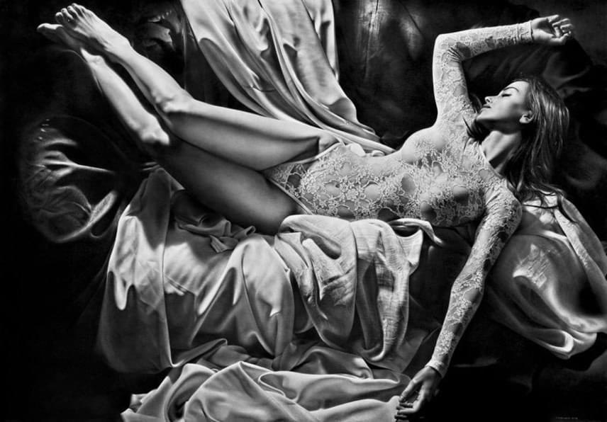 Gyönyörű modell fekszik a kanapén. Eszményi fotós kompozíciónak tűnik.