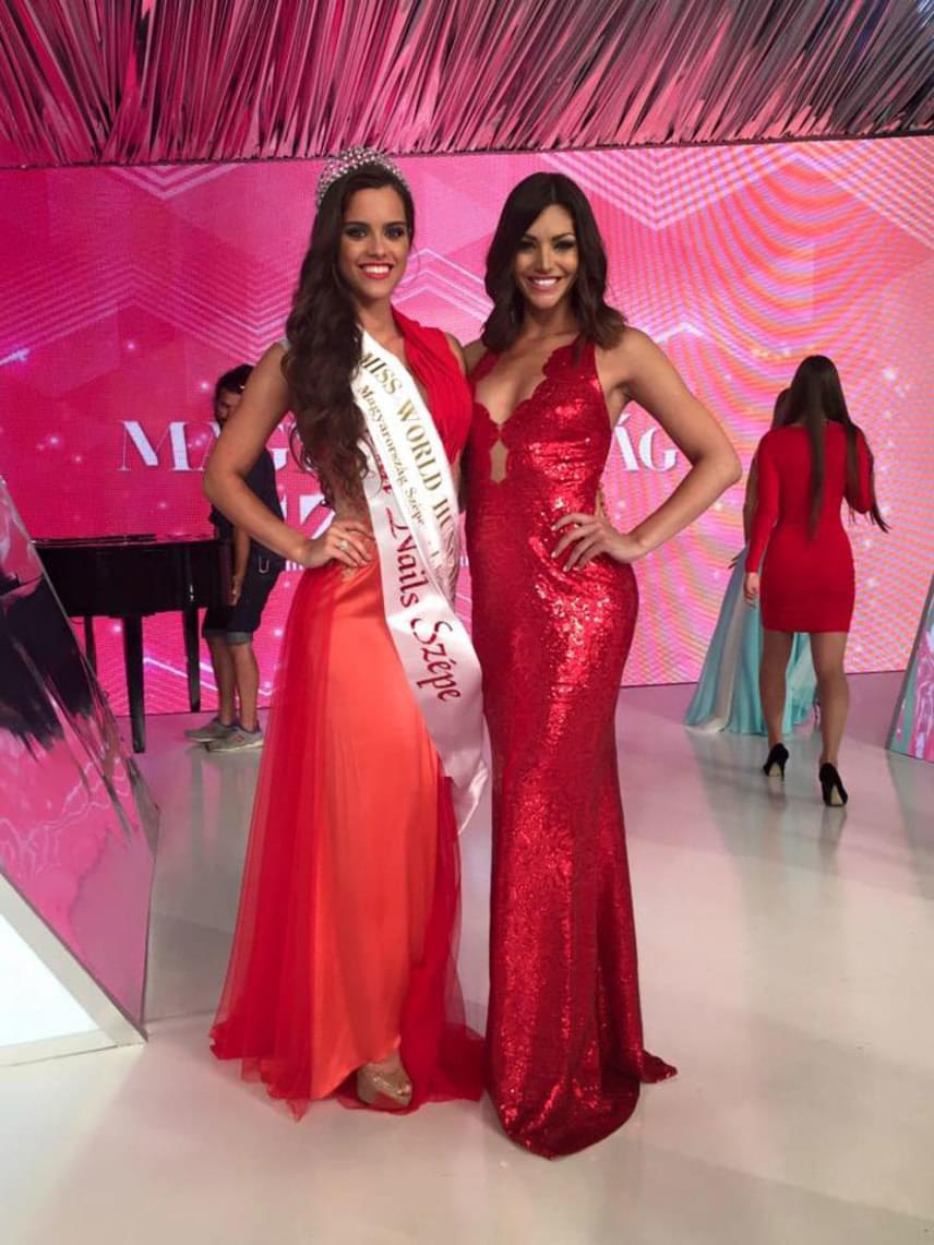 Szépségkirálynők pirosban - Gelencsér Tímea a megválasztása után Kulcsár Edinával, aki a 2014-es Miss World világversenyen második helyezett lett és elnyerte a Miss Európa címet.