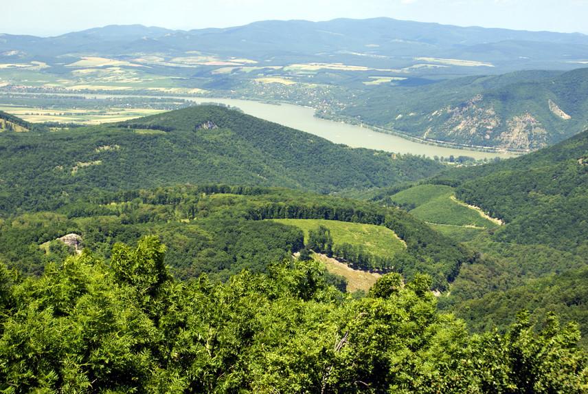 Mivel tévesen a Pilis hegységhez is szokták sorolni, a lista kihagyhatatlan eleme Dobogó-kő, amely azonban valójában a Visegrádi-hegység legmagasabb pontja. Persze, az igazsághoz az is hozzátartozik, hogy Dobogókő mint településrész még Pilisszentkereszthez tartozik. A népszerű turistahelyet egyébként nem csupán a misztikus nézetek teszik kultikussá, Dunakanyarra néző lélegzetelállító panorámáját is látni kell.