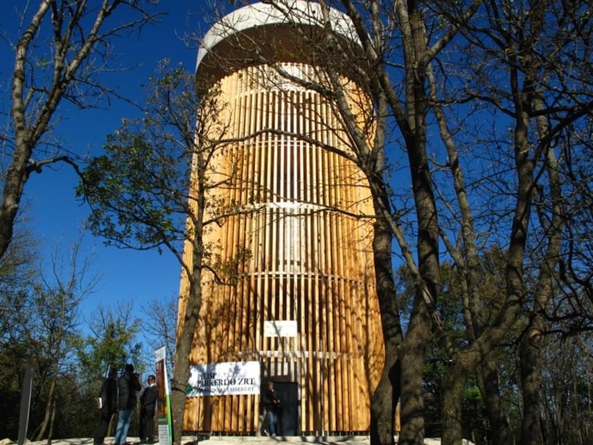 A Pilis-tetőre felérve a Boldog Özséb-kilátóról csodálhatod meg a panorámát. A hely érdekessége, hogy egy vasbeton alapú geodéziai torony átalakításával jött létre a Pilisi Parkerdő Zrt. jóvoltából. Kialakításának köszönhetően a torony lépcsőjének fokain haladva végigkövetheted, ahogy fokozatosan megnyílik a kilátás a környező völgyekre.