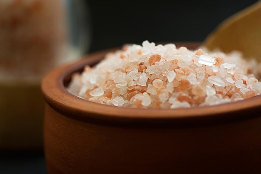 Sokan úgy vélik, az egészségtudatosság jegyében érdemes minél természetesebb sófajtákat választani, emellett egyre népszerűbbek az olyan, nálunk is széles körben elérhetővé vált típusok, mint például a Himalája-só, illetve a fekete só. Előbbi, amelyet a himalájai Khewr-bánya mélyéről bányásznak kézzel, és a legtisztább sófajtának tartanak, könnyen felismerhető nagyobb szemű, a vas-oxid-tartalom miatt rózsaszínes árnyalatú kristályairól. A Himalája-sónak számos egészségügyi szempontból jótékony hatást tulajdonítanak, legyen szó a vérnyomás szabályozásáról, a szervezet méregtelenítéséről, az emésztés megkönnyítéséről vagy éppen a tápanyagok felszívódásának elősegítéséről.