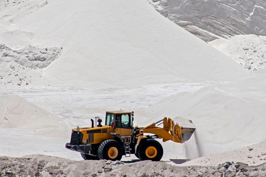 Az asztali só általában őrölt, szitált kősót jelent, amelyet bányászati technológiával nyernek ki a sóbányákból, általában külszíni fejtéssel. Az ilyen só jóval több ásványi anyagot tartalmaz, mint a finomítottabb verziók, ráadásul jellemző, hogy összetapadás elleni adalékanyagokat sem adnak hozzá.