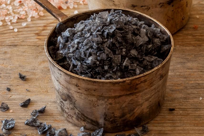Egyre több helyen találkozni a fekete sóval is - a kala, sanchal megjelölés is ezt takarja -, amely szintén Ázsiából származik. A fekete sónak a több ezer éves indiai, természetes orvostudományi rendszer, az ajurvéda tisztító hatást tulajdonít, emellett azoknak is javasolják a hétköznapi só helyett, akik magas vérnyomással küzdenek, emiatt pedig sószegény diétát kell követniük.