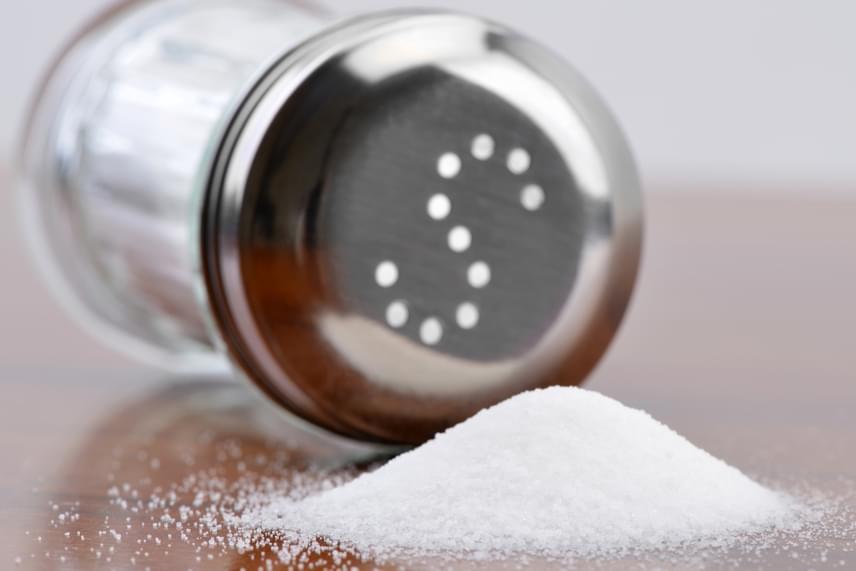 Ha a terméken a párolt, finomított vagy vákuum felirat szerepel, az olyan sót jelent, melynek feldolgozása során a tengeri sót, illetve a kősót oldják, kristályosítják, illetve finomítják, így érve el a selymes tapintást és az apró szemcséket. Az ilyen só kapható jódozatlan és jódozott verzióban is, nem árt továbbá tudni, hogy a csomósodásmentességet adalékanyagokkal érik el.
