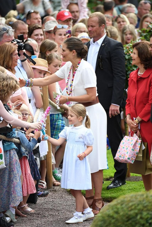 Habár Viktória volt az ünnepelt, mégis minden szempár kislányára, a négyéves Estelle hercegnőre - cuki copfjára és tündéri kis ruhájára - szegeződött.