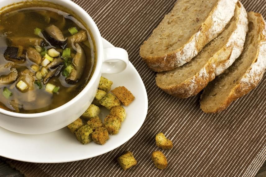 Rostgazdag és tápláló gombalevest készíthetsz, ha egy fej hagymát és 300 gramm csiperke vagy sampion gombát megpirítasz egy kevés kókuszzsíron, esetleg olívaolajon, majd felöntöd őket egy-másfél liter zöldségalaplével. A levest répával, petrezselyemmel, szárzellerrel, kicsi sóval, citromlével és rozmaringgal teheted ízletesebbé. Fél liter leves ráadásul csak 177 kalóriát tartalmaz.