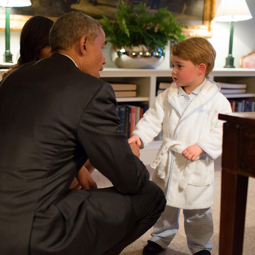 Aki igazán laza, az még az Egyesült Államok elnökével is pizsamában találkozik. Barack Obama odavolt a cuki György hercegért, aki - mivel közeledett a lefekvés ideje - köntösben fogadta őt és a first ladyt, Michelle Obamát.