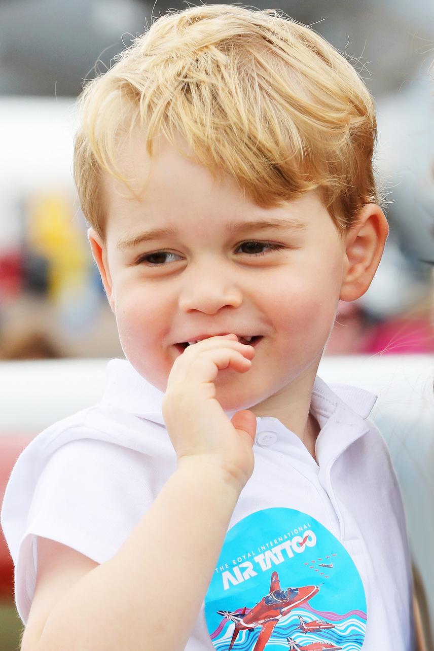 Még egy fotó a légiparádéról. A huncut kis herceg éppen arról faggatta édesapját, hogy beülhet-e valamelyik repülőgép vezetőülésébe - a válasz természetesen igen volt.