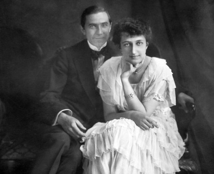 Lugosi Béla első felesége egy budapesti jogász lánya, Szmik Ilona volt, akit 35 évesen, 1917-ben vett nőül. Frigyük csupán három évig tartott: miután a színész távozni kényszerült az országból, a házasságot távollétében bontották fel.