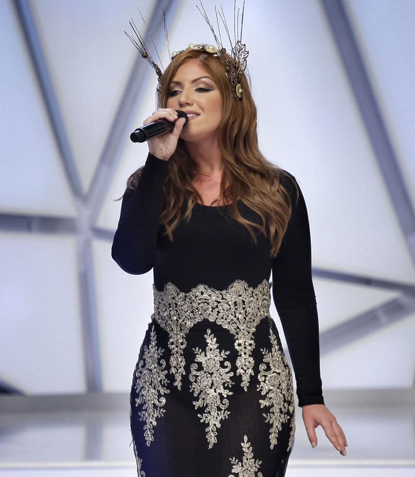 Az énekesnő egy testhezálló, fekete, ezüsttel díszített estélyiben énekelte el a Látomás című dalát.