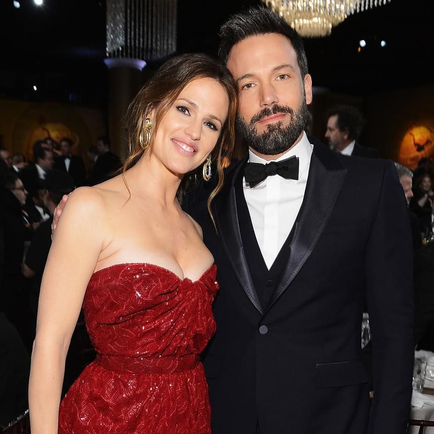 Ben Affleck rájött, hogy óriási hibát követett el, amikor megcsalta gyönyörű feleségét, és ezzel mindenét elveszítette. Hónapokig esedezett exe bocsánatáért, aki feltételesen, de visszafogadta a családi házba a színészt.