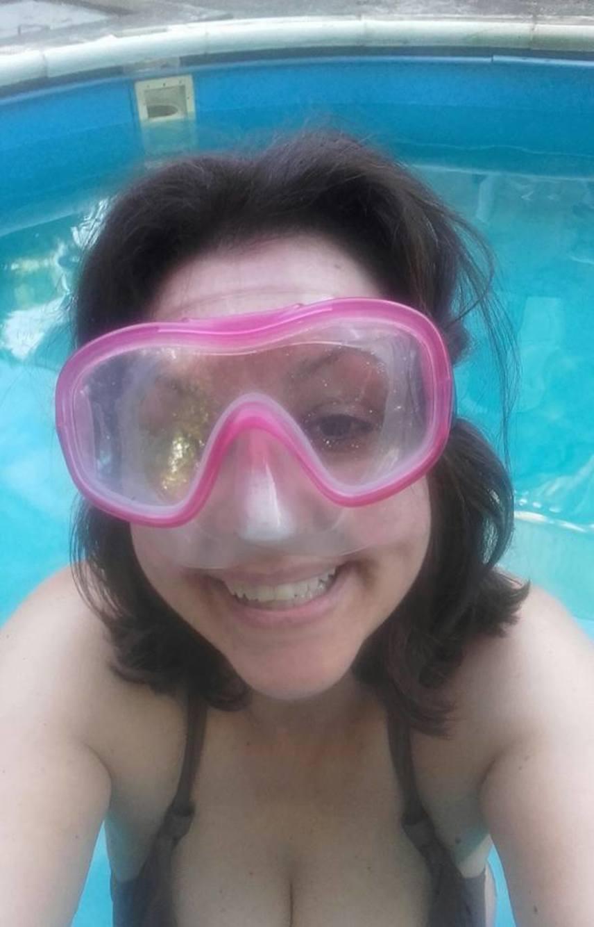 """""""Magad uram, ha szolgád nincs... Mikor máskor takarítsd a medencét, mint este nyolckor. Kicsit hideg ugyan, de fogvacogva is pancsolunk, csakazért is!"""" - írta bikinis fotója mellé Erdélyi Mónika."""