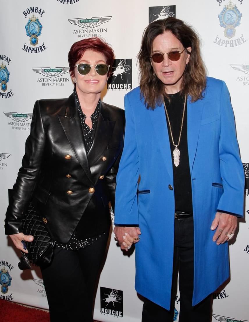 Sharon és Ozzy Osbourne 34 éve megrendíthetetlennek látszó házassága is felbomlott, amikor az énekes félrelépett a fodrászával. Felesége azonnal kitette a szűrét, Ozzy pedig azóta könyörög a bocsánatáért.