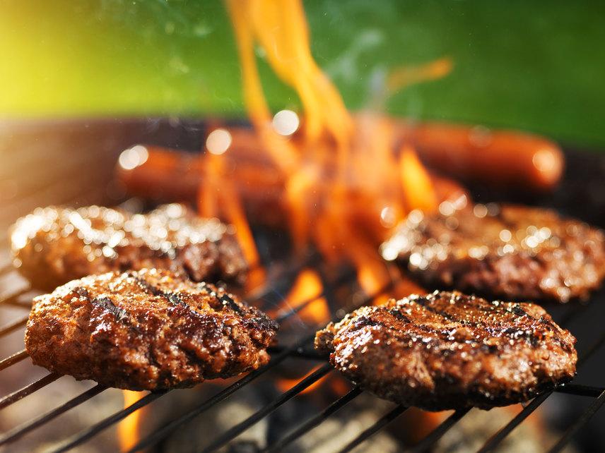 A grillezett hús egészen más aromát kap, mint egy hagyományosan tepsiben vagy serpenyőben készített, így az étel készítésének ez a módja különösen népszerű nyáron. Sajnos azonban kevesen tudják, hogy sütés közben káros anyagok szabadulhatnak fel. Ha a parázsba húslé, páclé vagy zsír cseppen, PAH - azaz policiklusos aromás szénhidrogének, például benzpirén - szabadul fel. Ez belélegezve is káros, de az ételbe is kerül belőle. Sütés közben úgy lehet észrevenni a kártékony cseppeket, hogy felcsap a láng. Ilyenkor amíg a láng el nem csendesedik, húzzátok félre a húst. Vigyázni kell továbbá arra is, hogy a hús ne égjen szenesre, de jól süljön át.