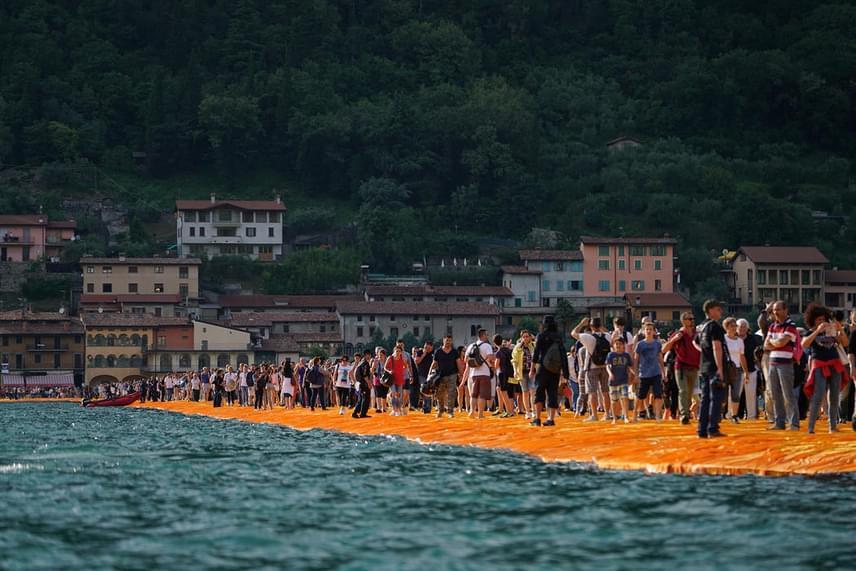 Az úszó mólót csak három hétig lehetett megtekinteni, de ahogyan átadták, ellepték a turisták, akik közül sokan mezítláb tették meg a hosszú sétát.