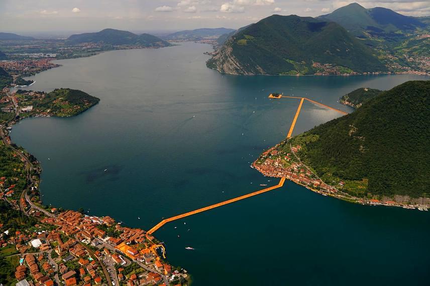 A légi felvételeken csak egy keskeny, sárga csíknak tűnik a valójában 16 méter széles és 3 kilométer hosszú installáció.