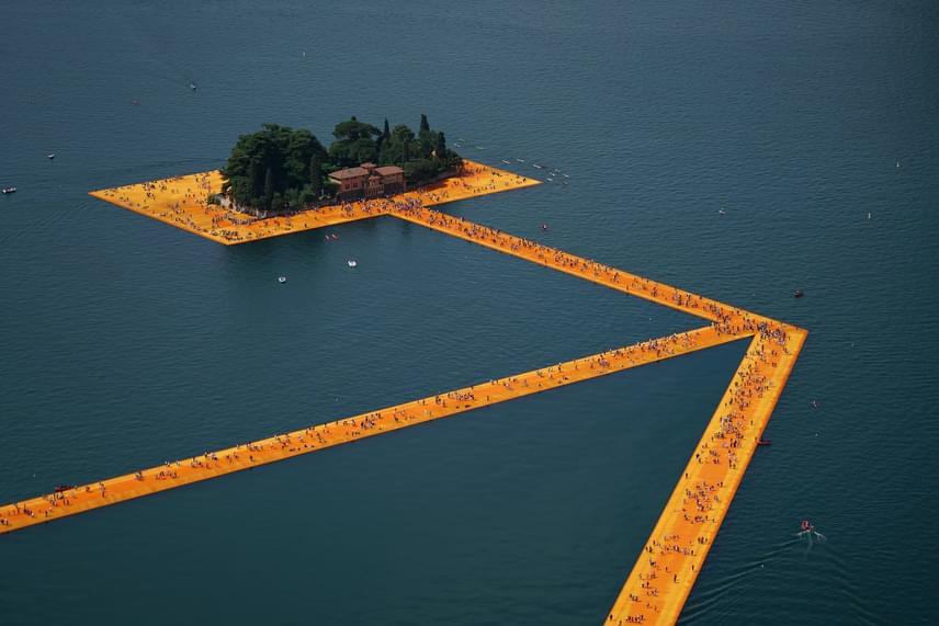 A művész szerint olyan érzés volt a stabil, de ringatózó hídon átkelni, mintha csónakban utaztak volna.