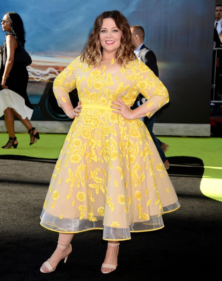 Melissa McCarthy sokszor mellélőtt a ruhaválasztásával az évek során, azonban ezt az áttetsző, citromsárga darabját még a legvérmesebb divatkritikusok is imádták.