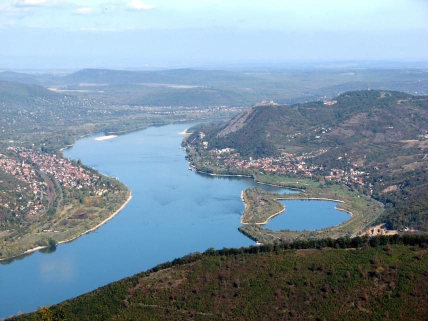 5. VisegrádMeglepő lehet, hogy a festői szépségű Dunakanyar egyik legnépszerűbb turisztikai célpontja, az egykori királyi székhely mindössze 1832 főt számlál a KSH 2015. évi adatai szerint. Visegrád azonban hazánk legrégebbi városai közé sorolható, lakottságát a bronzkorig vezetik vissza. Ma népszerű üdülőváros, körülbelül háromszázezer vendéget fogad évente.