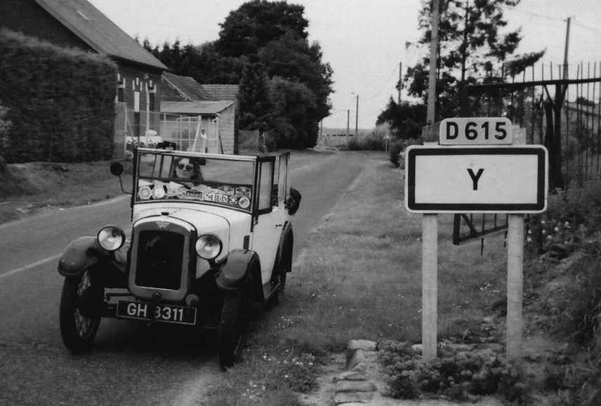 A szokatlan nevű francia település nem most vált felkapottá, már az 1930-as évek európai turistái is szívesen fényképezkedtek a helységnévtábla társaságában.