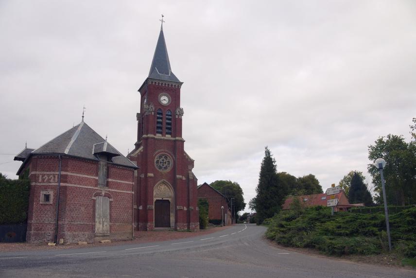 A falu temploma a francia Szent Medárd püspök tiszteletére az Église Saint-Médard nevet viseli. A szerzetes egyébként jóságáról vált híressé, amely még saját rablóival szemben is megmutatkozott. Előbb a szőlőjét, később egy marháját és a méheit lopták el, miután azonban elkapták a tolvajokat, azokat zsákmányukkal együtt bocsátotta el.