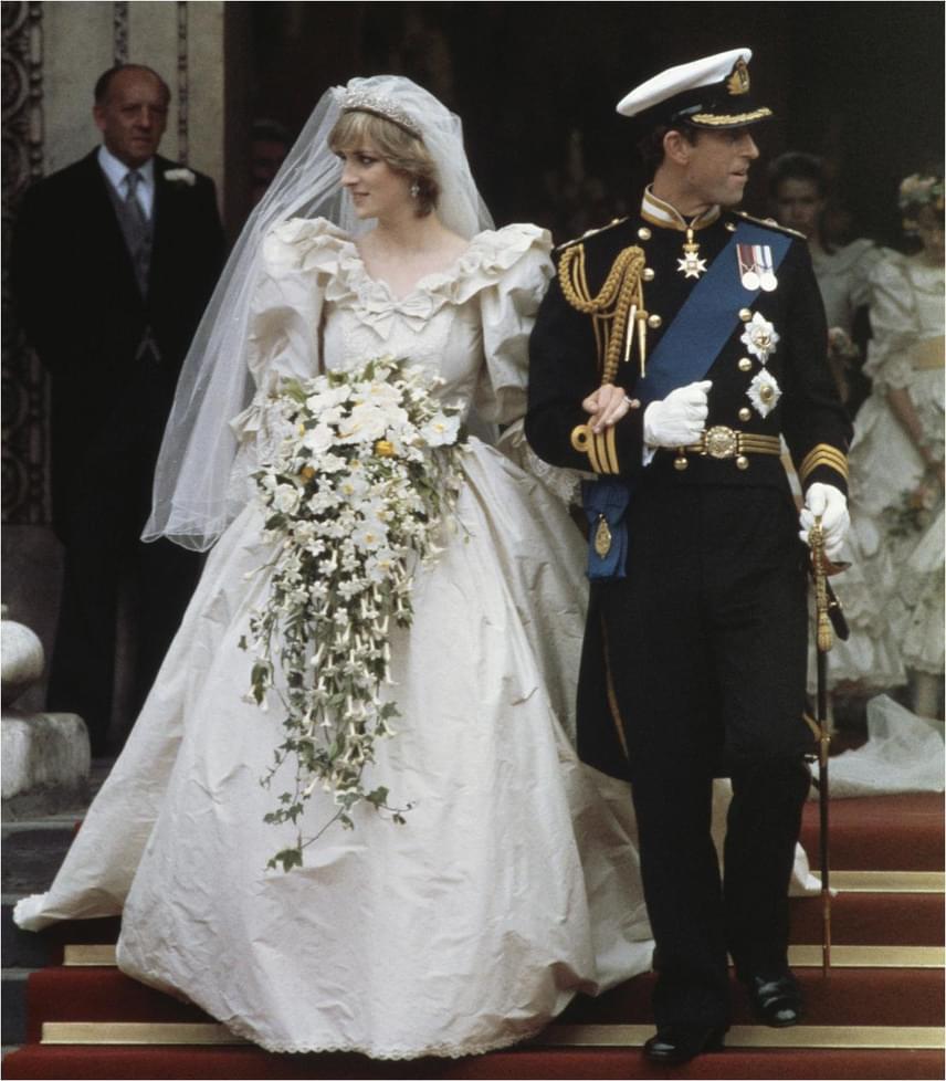 Máig Diana hercegnő menyasszonyi ruháját tartják az egyik legkülönlegesebbnek: a csipkecsodáját, amiben Lady Di hozzáment Károly herceghez, David és Elizabeth Emanuel tervezte, több mint tízezer gyöngy díszítette, és egy hét és fél méteres uszállyal rendelkezett.