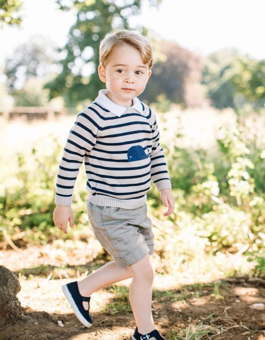Meg kell zabálni a kis herceget ebben a cuki bálnás pulóverben! Csíkosban ő a legédesebb matróz, akit valaha láttunk.