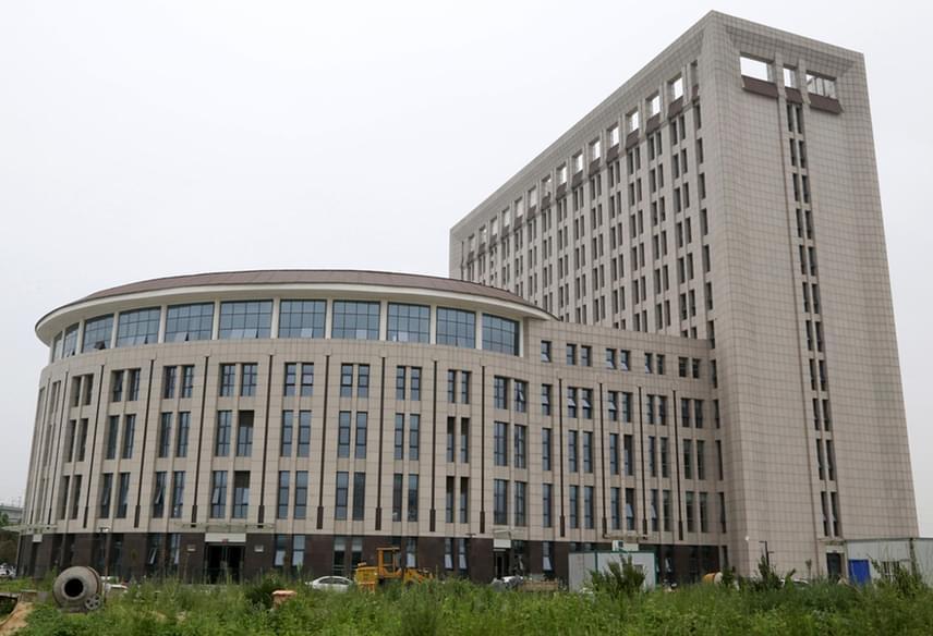 Oldalról még semmi furcsa nincs a Kínában található új egyetemi épület formájában.