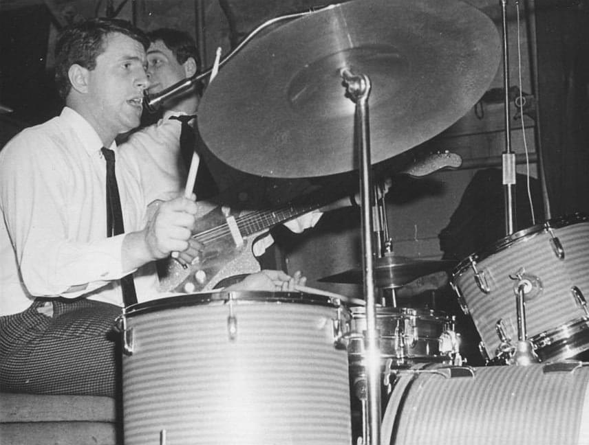 Kedd este az Illés zenekar rajongói kaptak egy nagyon rossz hírt: meghalt Körmendi János, az ős-Illés zenekar egykori dobosa. Súlyos betegség után, 75 éves korában távozott az élők sorából.