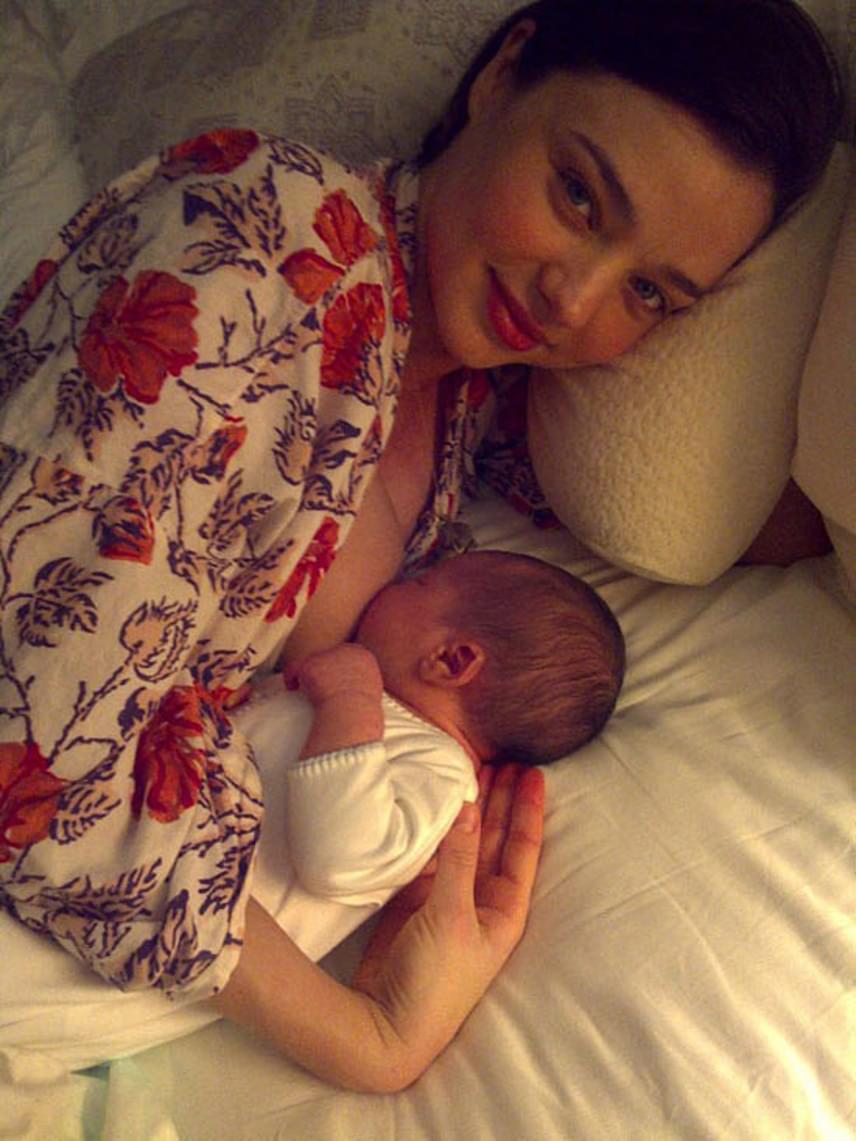 Miranda Kerr követőinek sem tetszett, hogy a modell szoptatás közben posztolt fotót magáról.                         - Tetszik nektek, vagy sem, ez is az anyaság része. Karikás a szemem, és szoptatom a kicsikémet, elnézést, hogy ezúttal nem bikinis fotón mutogatom a testem - írta.