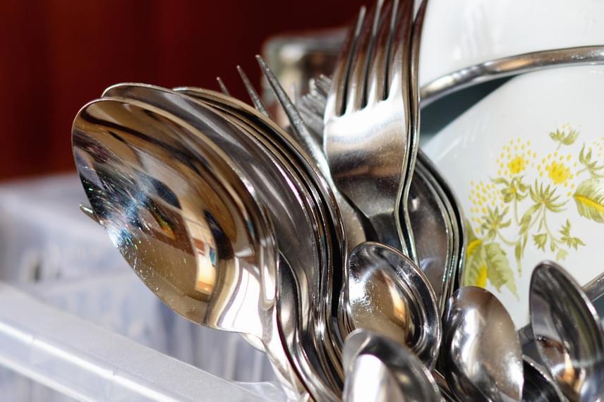 Ezután következnek az evőeszközök, amelyeket azonban már a mosogatóba helyezéskor érdemes gyorsan leöblíteni, hogy ilyenkor már ne legyen túl sok dolgod velük.