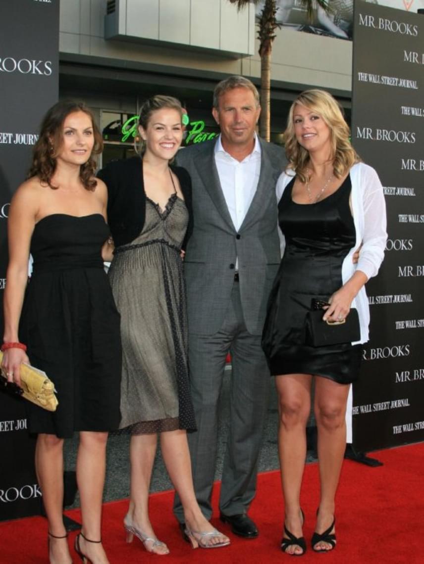 A színész szeret elbüszkélkedni gyönyörű lányaival, így felesége mellett őket is sokszor magával viszi a hollywoodi partikra.
