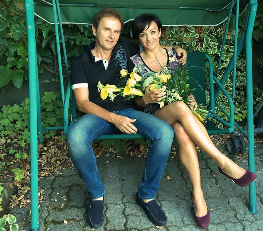 Szandi és Bogdán Csaba között 24 évvel ezelőtt csattant el az első csók. Az énekesnő és a zenész ma is úgy turbékolnak, mint a friss szerelmesek, házasságuk példaértékű - nem csoda, hogy friss fotójukat 12 ezren lájkolták.