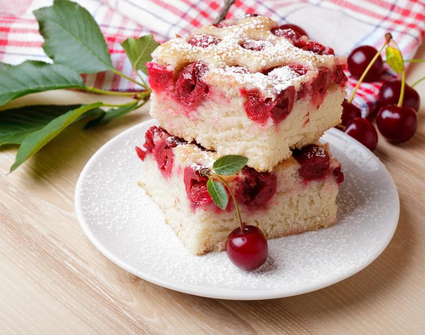 Meggyes kevert süti                         A meggyes kevert egy igazi megunhatatlan édesség a nagyitól, amelyet a joghurt még finomabbá és lágyabbá tesz. Mérleg sem kell hozzá, elég a méricskéléshez a joghurtospohár. Ezt a sütit akkor is elkészítheted, ha a vendégek már a csengőt nyomják. Amilyen gyorsan összedobod, olyan finom. A receptet itt találod hozzá.