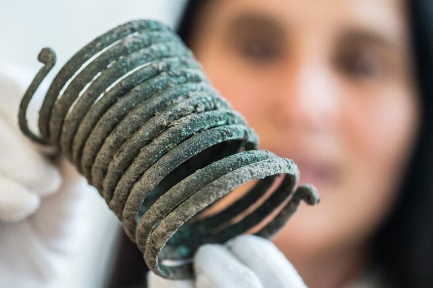 Női bronz karperec. Találtak még kerámiamaradványokat, például kisebb bögréket, de lószerszámot és őrlőköveket is. A keresést most folytatják.