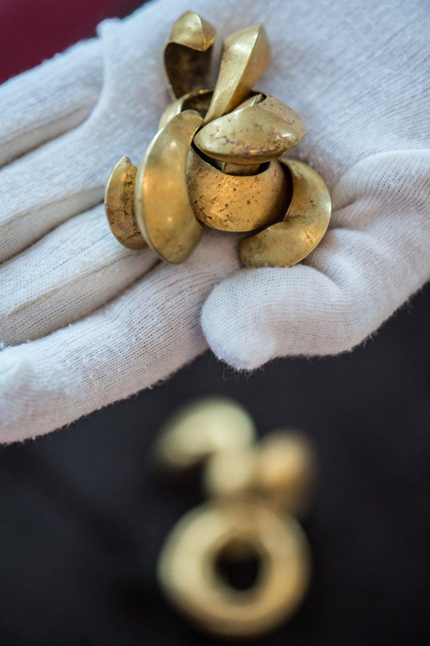 Összesen 176 fémtárgy került elő, ezek közt volt a 11 arany ékszer. A lelet az időszámítás előtti második évezredből származik. A képen egy csónak alakú csüngő látható.