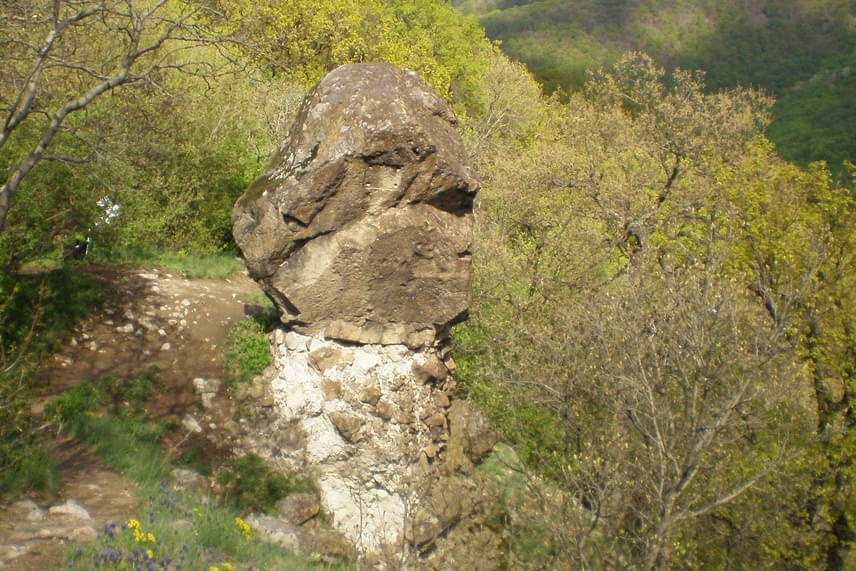 A Rám-hegyen található Ferenczy-szikla a föld szívcsakrájának középpontja, vagyis a bolygót behálózó energiavonalak találkoznak itt. Elődeink is fontos szakrális helyként tekintettek a területre. A gyönyörű természeti adottságokkal bíró helyről pazar kilátás nyílik Dobogókőre és a környező hegyekre. Így nemcsak azoknak vonzó, akik nyitottak az ezoterikus tanításokra, hanem minden természetbarát emberre nagy hatással van a környék.