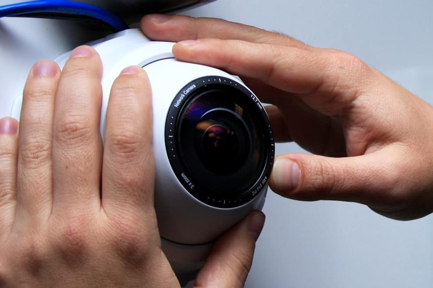 Korábban mi is beszámoltunk annak a két betörőnek az esetéről, akik igen gyorsan menekülőre fogták, miután meghallották a lakástulajdonos hangját, aki kamerán keresztül vette észre, hogy behatoltak otthonába. Mindez viszonylag könnyen megvalósítható egy IP kamera segítségével is, melynek hang közvetítésére alkalmas verziói is léteznek, egy viszonylag olcsó típus is sokat segíthet azonban, úgy működik ugyanis, mint egy webkamera, segítségével pedig akár az interneten, akár az okostelefonodon is nyomon követheted, mi zajlik a lakásban. Kattints ide, ha többet szeretnél tudni az eszközről.