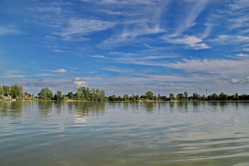 A Budapesttől közel 30 kilométerre található, nyolc tóból álló Délegyházi-tavak három tavában is engedélyezett a fürdőzés: a délegyházi 4-es és 6-os tavakban büntetlenül csobbanhatsz. A helyre Kőbánya-Kispesttől akár 40 perces vonatúttal is eljuthatsz, a felnőtt strandbelépő 1000 forint.