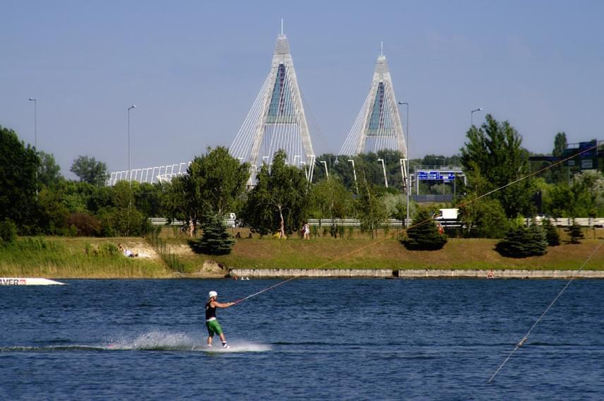 A budakalászi Omszki-tó nagyon kedvelt a budapesti strandolók körében, mivel a szentendrei HÉV-vel könnyen megközelíthető, hangulatos. Egy baj van csak vele: majdnem teljes tilalom alatt áll. Mivel a víz hideg, és hirtelen mélyül, hivatalosan csak a wakeboardpálya melletti területen szabad megmártózni. Sokáig bemerészkedni azonban sajnos még itt sem engedélyezett.