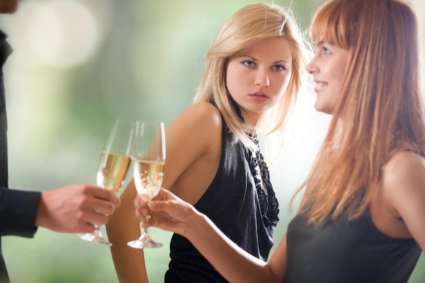 Miért néztél úgy arra a nőre?A magabiztos nő tudja, hogy ha egy férfi megnéz egy másik nőt, az a pillanatnyi esztétikumnak szól, és nem csinál nagy ügyet belőle. A magabiztos nő nem félti a pozícióját, sőt, ő maga jegyzi meg, ha szépnek talál valakit.