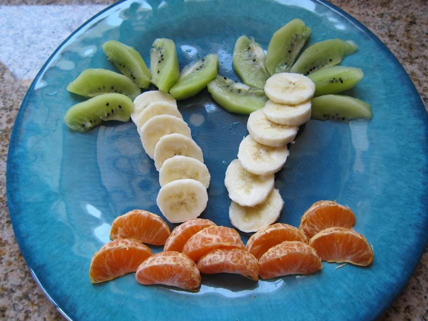 A gyümölcspálmafa igazán mutatós: készíts lakatlan szigetet mandarin- vagy narancsgerezdekből, banánkarikákból fatörzset, pálmaleveleket pedig kiviszeletekből. Ahogy minden további ötletet, ezt is elkészítheted más, éppen otthon található gyümölcsök felhasználásával is.